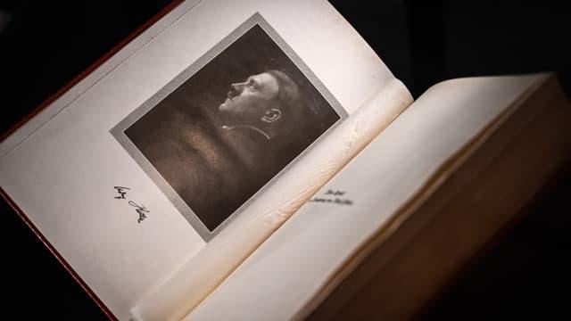 Un exemplaire original de Mein Kampf signé par Adolf Hitler présenté lors d'une exposition en octobre 2019 en Suisse