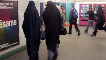 Deux femmes portant la burqa dans le métro parisien en février 2010