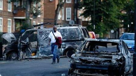 Le Premier ministre britannique David Cameron a promis de tout mettre en oeuvre pour ramener l'ordre dans les rues des grandes villes du pays troublées par trois nuits d'émeutes. /Photo prise le 9 août 2011/REUTERS/Luke MacGregor