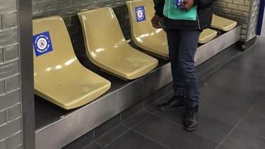 Des stickers invitant à ne pas s'asseoir une place sur deux sont en train d'être déployés par la RATP.
