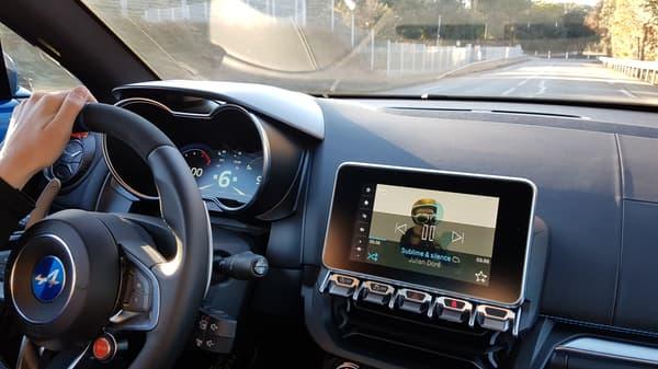 Cette Alpine A110 fait résolument partie du XXIème siècle: écran tactile 10 pouces, 2 portes USB, GPS et connexion via MySpin ou le Bluetooth.