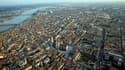 Vue aérienne de Bordeaux, l'une des villes où l'Etat prévoit de procéder à la cession de biens. L'Etat français va vendre 1.700 biens immobiliers d'ici 2013, essentiellement en régions, pour adapter son patrimoine à ses besoins et accessoirement contribue