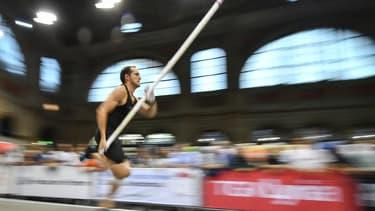 Renaud Lavillenie en pleine course avant de sauter