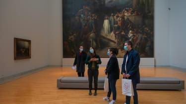 Des personnes visitent le Musée d'art morderne et contemporain de Strasbourg (MAMCS), le 12 avril 2021