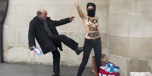 L'action des Femen devant la Grande Mosquée de Paris, le 3 avril.