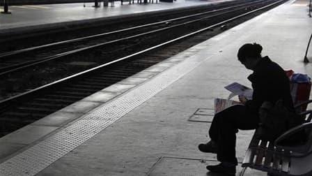 Le trafic ferroviaire sera fortement perturbé mardi par la grève nationale contre la réforme des retraites, à laquelle s'associent les syndicats de cheminots. Selon les prévisions de la SNCF, deux TGV sur cinq circuleront, ainsi qu'un TER sur deux. Pour l