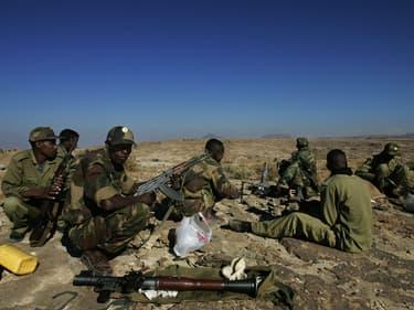 Des soldats éthiopiens en service à la frontière érythréenne dans la ville septentrionale de Zala Anbessa, dans la région du Tigré en Éthiopie, le 19 novembre 2005. (Photo d'illustration)