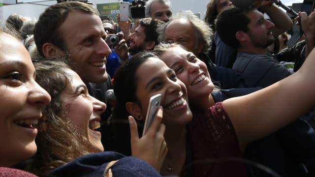 Emmanuel Macron prend la pose avec des étudiants dans la banlieue de Rennes, en septembre 2016