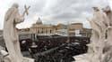 Place Saint-Pierre, au Vatican. Le pape François a prononcé dimanche son premier angélus de la fenêtre des appartements pontificaux sur la place Saint-Pierre, invitant les quelque 150.000 fidèles venus l'écouter à être plus miséricordieux et moins prompts