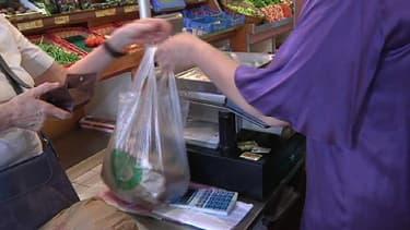 Dans la nature, un sac en plastique met environ 400 ans à disparaître. La Commission européenne entend bien limiter encore l'utilisation de ces contenants.