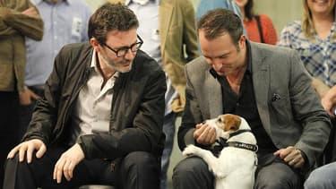 """Michel Hazanavicius (à gauche) et Jean Dujardin, réalisateur et acteur vedette de """"The Artist"""", avec le chien Uggie, autre """"star"""" du film au succès critique mondial. Ce Jack Russell ne pourra être présent aux Oscars mais a été consolé lundi par le """"Collie"""
