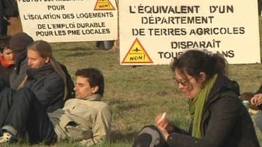 Sur la zone du futur aéroport, entre 100 et 300 opposants anticapitalistes, selon les périodes, vivent dans une cinquantaine de cabanes reconstruites depuis fin novembre.