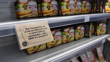 Chaque produit est doté d'une étiquette qui explique, à la première personne, pourquoi il a été mis au rebut.