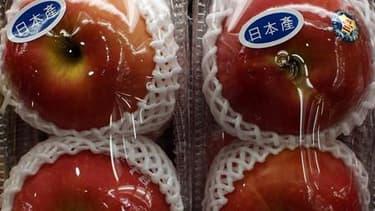 Des pommes produites au Japon sur un marché à Hong Kong. De nouveaux cas de contamination alimentaire ont renforcé mercredi l'inquiétude quant à l'impact sanitaire de l'accident de la centrale nucléaire de Fukushima, où la situation demeure fragile. /Phot