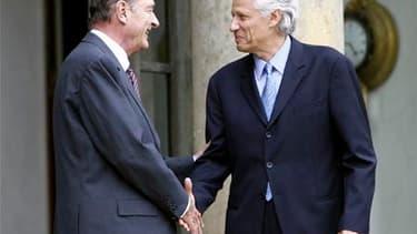 Jacques Chirac et Dominique de Villepin, en 2007 sur le perron de l'Elysée. L'ancien Premier ministre, considéré comme un proche du président qui l'avait nommé, s'est dit opposé à un renvoi du procès de Jacques Chirac, qui doit être jugé à partir de lundi