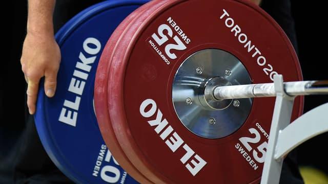 À 78 ans, Shirley Webb peut soulever plus de 100 kg d'haltères (illustration).