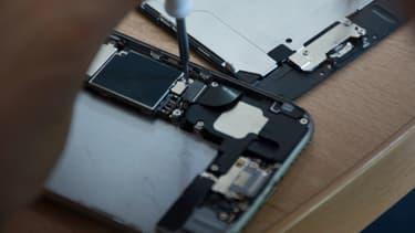 Au Mexique, Greenpeace a créé des ateliers de réparation de smartphones pour donner une seconde vie aux appareils numériques.