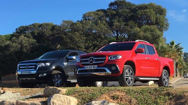 Le Classe X (à droite) à côté du Ford Ranger (à gauche), le pick-up le plus vendu en France.