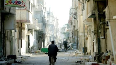 Un Syrien, dans les rues de Palmyre, adjacente à la ville antique, le 31 mars 2016, quelques jours après sa libération par l'armée syrienne
