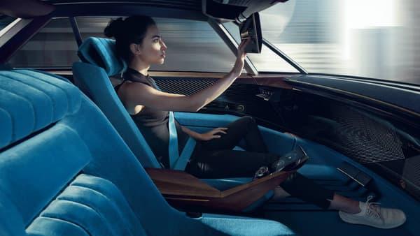 En mode autonome, l'écran prend la place du volant pour offrir une taille XXL de 49 pouces. Et même le pare-soleil dispose d'un écran.