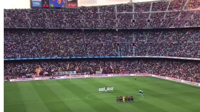 Le Camp Nou a rendu un vibrant hommage aux victimes de l'attentat de Barcelone