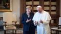 """La chancelière allemande Angela Merkel a rencontré samedi à Rome le pape François, pourfendeur de la """"dictature de l'économie"""" et a appelé, en réponse semble-t-il à son discours, à un plus strict encadrement des marchés financiers. /Photo prise le 18 mai"""