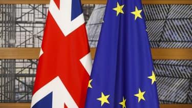 Les drapeaux de l'Union européenne et du Royaume-Uni.