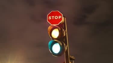 Le stop dynamique peut remplacer un feu tricolore classique sur des routes dégagées, pour limiter le temps d'attente au feu rouge.