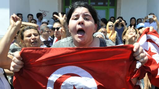 Le fille du député tunisien Mohamed Brahmi, assassiné devant son domicile jeudi, devant l'hôpital où a été transporté son père.