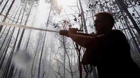 Un pompier tente d'éteindre le feu dans les environs de Voronej, au sud de Moscou. La Russie, qui connaît sa pire canicule en 130 ans d'existence de statistiques dans ce domaine, a décrété l'état d'urgence dans sept régions en raison des incendies. /Photo