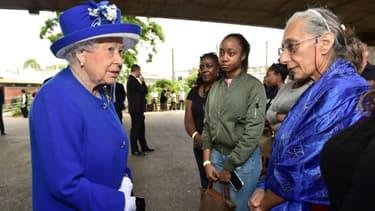La reine Elizabeth II est venue apporter son soutien aux victimes de l'incendie à la Grenfell Tower, le 16 juin 2017
