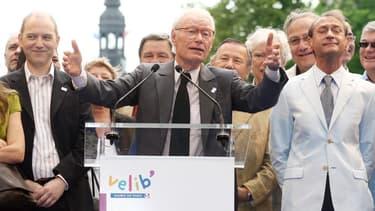 Jean-Claude Decaux lors d'un discours à Paris, à côté de l'ancien maire de Paris Bertrand Delanoë (à droite)