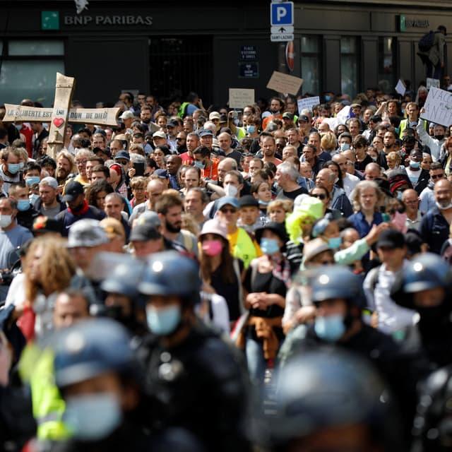 EN DIRECT - Mobilisations anti-pass sanitaire: 237.000 manifestants en France, dont 17.000 à Paris d'après l'Intérieur