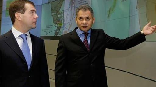 Le ministre russe de la Défense Sergueï Choïgou (à droite)