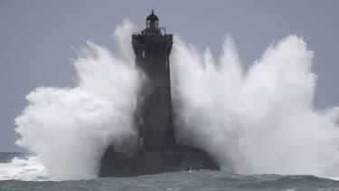 Un phare à Porspoder, dans le Finistère, durant la tempête Amélie, le 2 novembre 2019