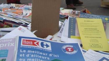 """Des habitants dénoncent l'accumulation des prospectus, dénonçant un """"gaspillage"""" et un """"lavage de cerveau""""."""