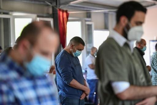 Des musulmans portnt un masque de protection, prient dans une mosquée à Milan, le 5 juin 2020