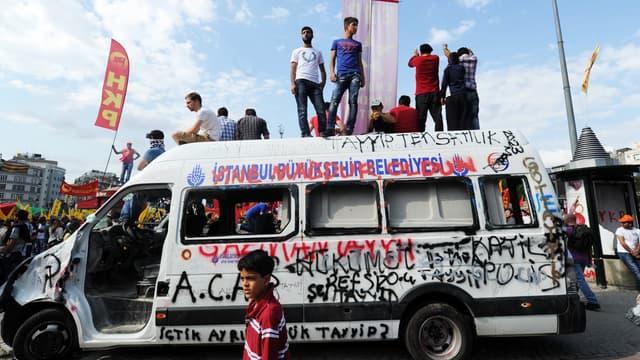 Des manifestants sur la place Taskim, à Istanbul, dimanche 2 juin.