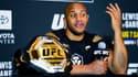 Ciryl Gane avec sa ceinture de champion intérimaire des lourds de l'UFC