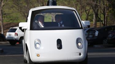 Google, précurseur avec sa Google Car, doit procéder à des tests grandeur nature sur la voie publique à partir de cet été mais ses prototypes seront équipés d'un volant et de pédales de frein et d'accélérateur