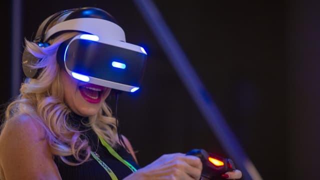 Une joueuse de PlayStation 4 au CES 2019