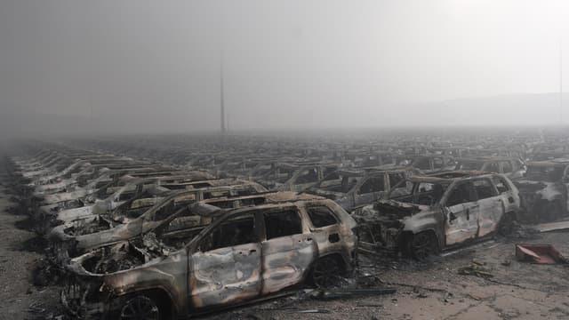Des carcasses de voitures calcinées après l'explosion en Chine