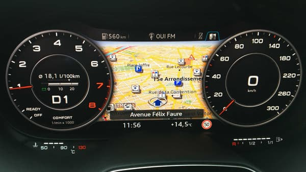 Le seul écran de l'Audi TT, derrière le volant, entièrement personnalisable.