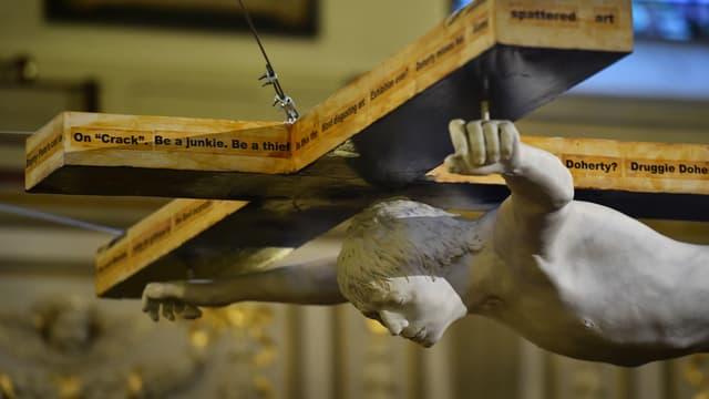 Statue moulée sur Pete Doherty, dans une église à Londres.