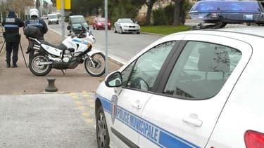 Des policiers municipaux, près d'un radar mobile, contrôlent la vitesse des voitures. (Photo d'illustration)
