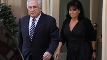 Dominique Strauss-Kahn et son épouse Anne Sinclair ne vivent plus ensemble, selon une source proche de l'ancien directeur général du Fonds monétaire international. /Photo d'archives/REUTERS/Eduardo Munoz