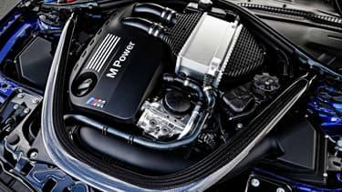 La BMW M4 CS reprend le 6-cylindres en ligne 3 litres de cylindrée et doté de deux turbos de la M4, avec une puissance de 431 chevaux. Au milieu des années 1960, les premiers modèles CS oscillaient entre 100 et 120 chevaux.