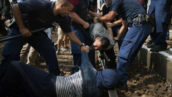 Des migrants sont arrêtés jeudi 3 septembre, à Biscke, en Hongrie.