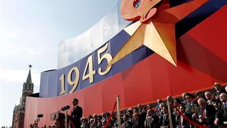Dmitri Medvedev sur la place Rouge, lors du défilé de la Victoire de 1945. Le président russe a tendu la main aux Occidentaux dimanche à Moscou et exhorté les puissances mondiales à s'unir pour la défense de la paix . /Photo prise le 9 mai 2010/REUTERS/De