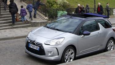 La DS3, avec son toit discrètement replié, est bien moins tape à l'oeil qu'un vrai cabriolet offrant une vue imprenable sur l'intérieur de votre voiture.